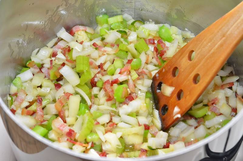 Выкладываем в кастрюлю содержимое первой миски (сельдерей, лук и острый перец). Тушим овощи вместе с беконом на медленном огне 10 минут.