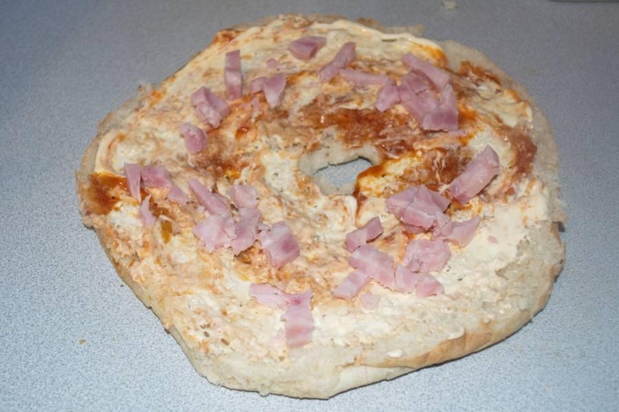 Вместо майонеза можно использовать сметану. На лаваш выкладываем нарезанное готовое мясо. Это может быть отварное мясо, колбаса, ветчина, сосиски или другое на ваш выбор.