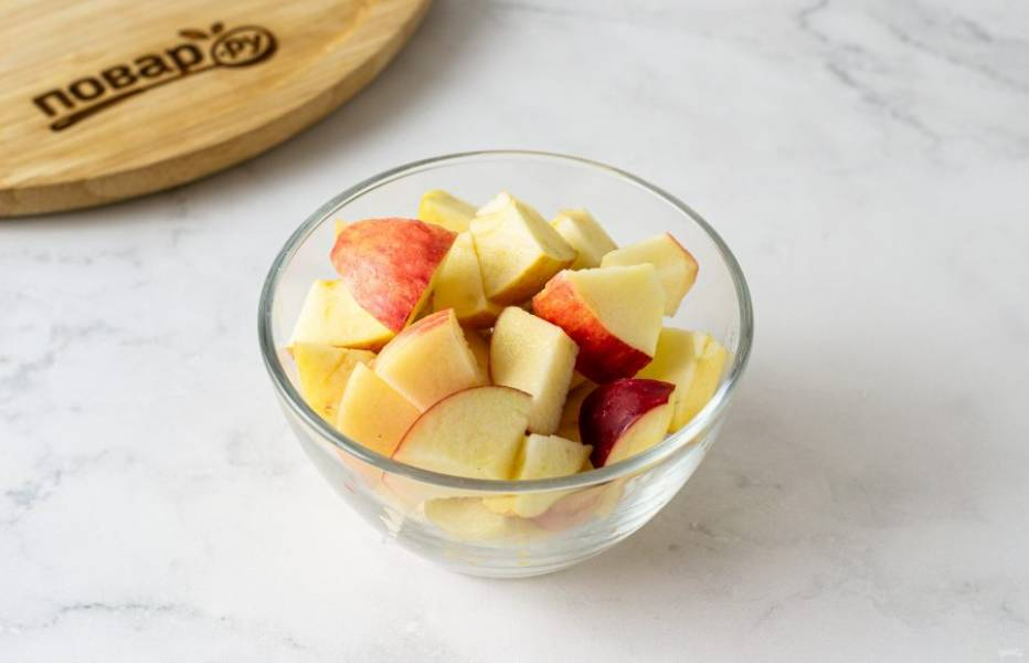 Яблоки помойте, удалите сердцевину и нарежьте ломтиками среднего размера.