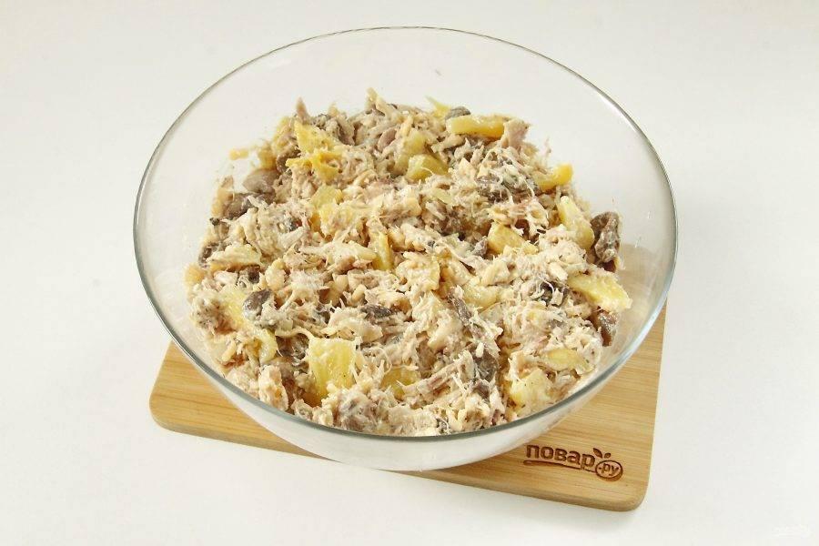Заправьте салат майонезом, добавьте соль и хорошо все перемешайте.