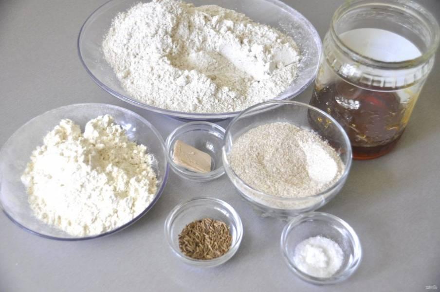 Подготовьте ингредиенты для выпечки хлеба.
