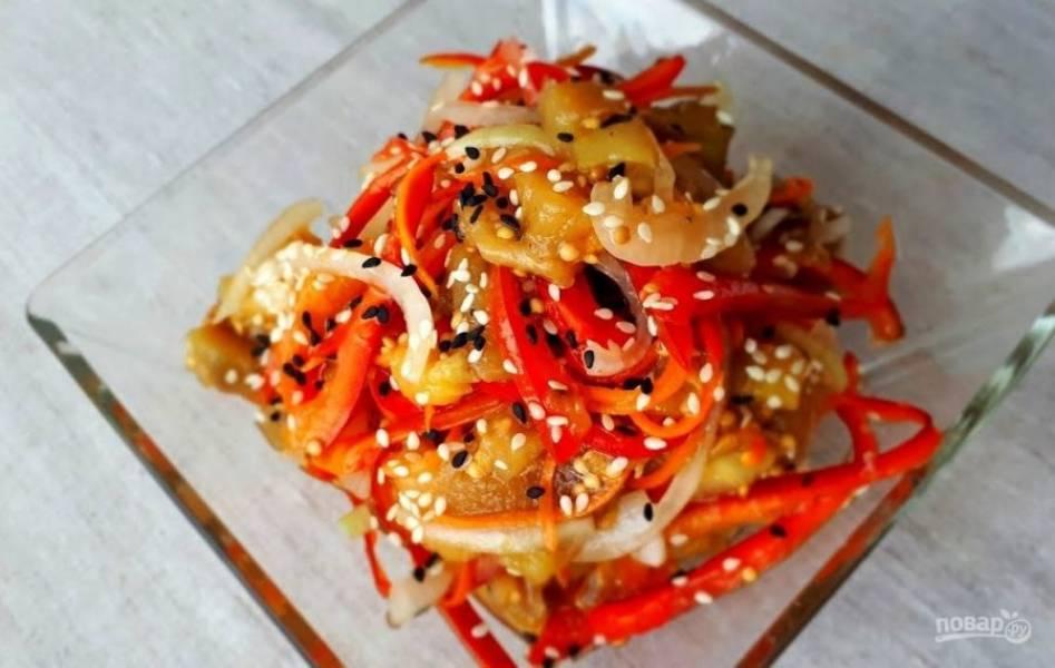 3.  Нарежьте баклажаны небольшими кусочками и добавьте к овощам. Добавьте кунжут и маринад, перемешайте салат, накройте крышкой или пленкой и оставьте на ночь в холодильнике. Приятного аппетита!