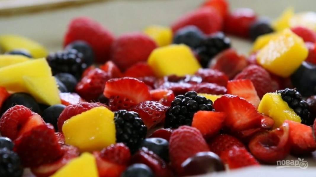 1. Фрукты и ягоды нарежьте средними кусочками и выложите в прямоугольную форму.