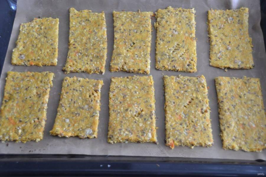 Еще теплый запеченный пласт нарежьте на хлебцы и запекайте еще примерно 5 минут до румяного цвета.