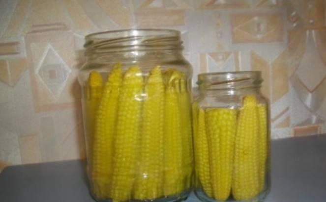 Разложите кукурузу по стерилизованным банкам (лучше всего по 500 мл). Крупную можно порезать пополам.