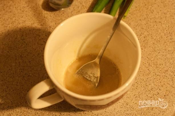 В небольшую чашку выкладываем дрожжи, добавим к ним ложку сахара. Если будете использовать сухие дрожжи, добавьте немного воды из кастрюли с хлебом.