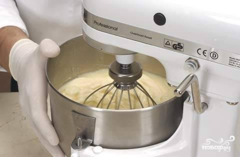 2. Отдельно будем взбивать белки и сахар, пока не образуется густая белая пена. Сахар добавляйте постепенно.