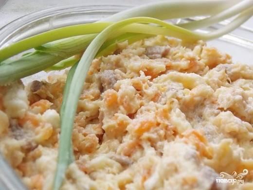 4. Перед подачей селедочный паштет можно украсить зеленым луком: получится и вкусно, и красиво! Паштет подается в виде бутербродов на белом или черном хлебе (по вашему вкусу).