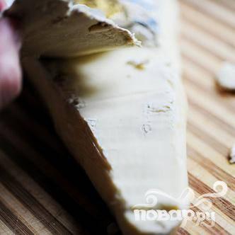 Снимаем корку с клина сыра Бри.