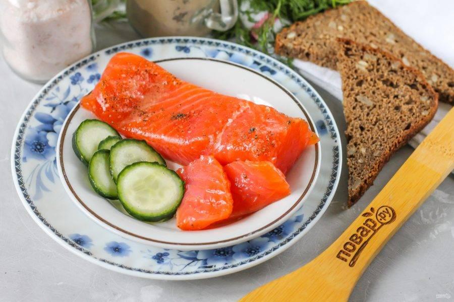 Если вкус полученной закуски вам по нраву — нарезайте ее и подавайте к столу. Если же вы хотите получить более просоленный вариант, то оставьте рыбу в холодильнике еще на пару суток. Помните, что сверху мякоть будет более соленой, чем внутри!