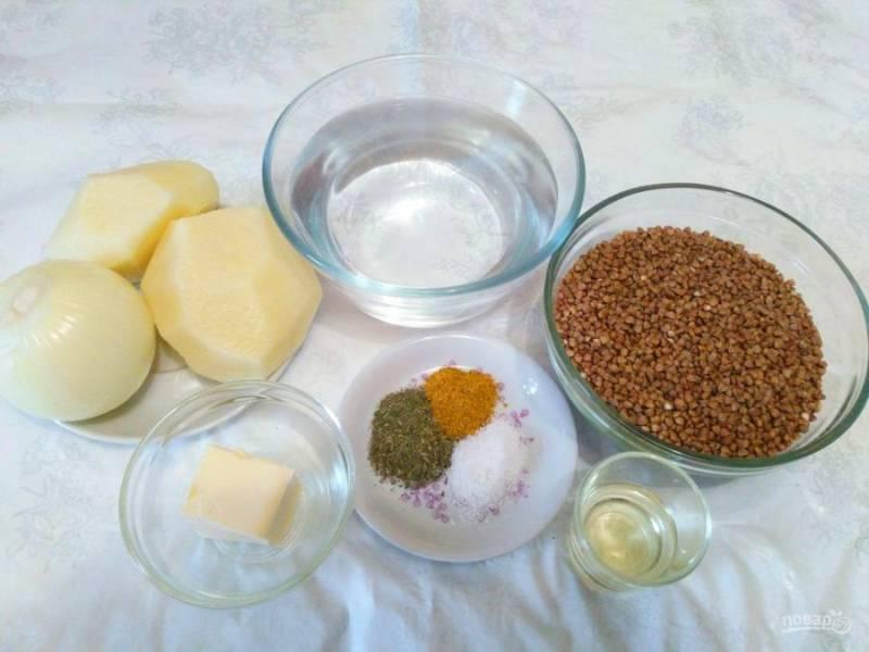 Подготовьте необходимые продукты, очистите репчатый лук и картофель. Специи для гречневого кулеша можно выбирать любые, ориентируясь на свои вкусовые предпочтения.