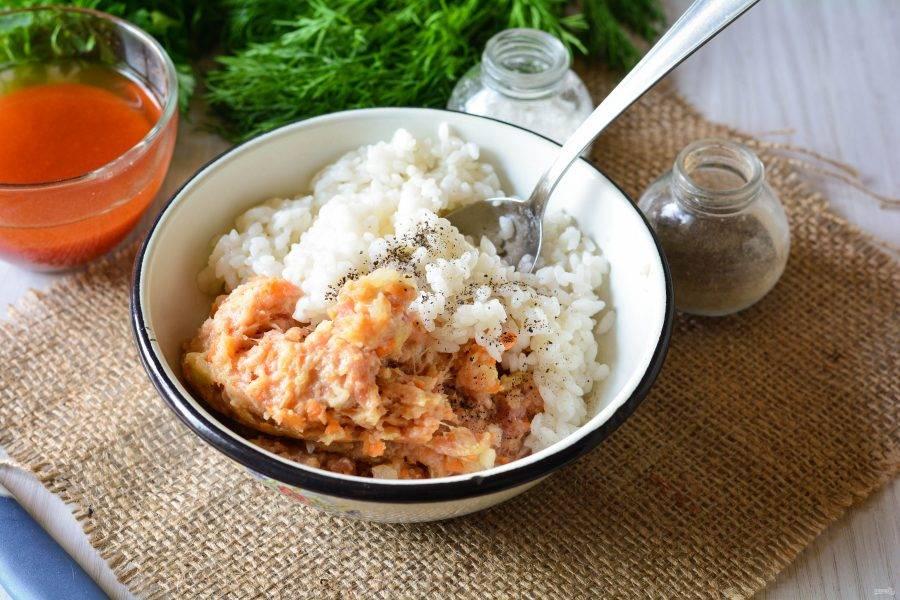 Перекрутите через мясорубку мясо с овощами и смешайте с заранее сваренным рисом. Рис варите до полуготовности. Перемешайте мясную начинку с рисом и добавьте специи по вкусу.