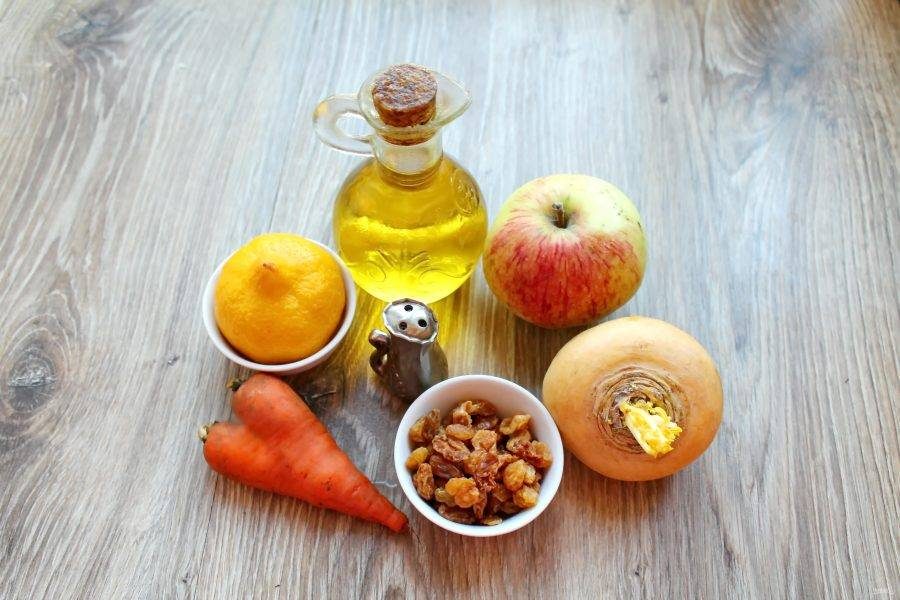 Подготовьте все необходимые ингредиенты для приготовления салата из репы и яблока. Овощи и фрукты помойте. Яблоко, репу и морковь почистите от кожуры, а изюм вымойте и залейте горячей водой на 5 минут.