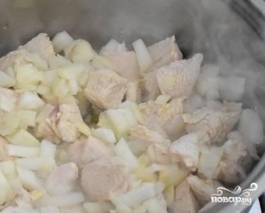 Почистите и порежьте лук кубиками. Добавьте его к мясу, готовьте 5 минут.