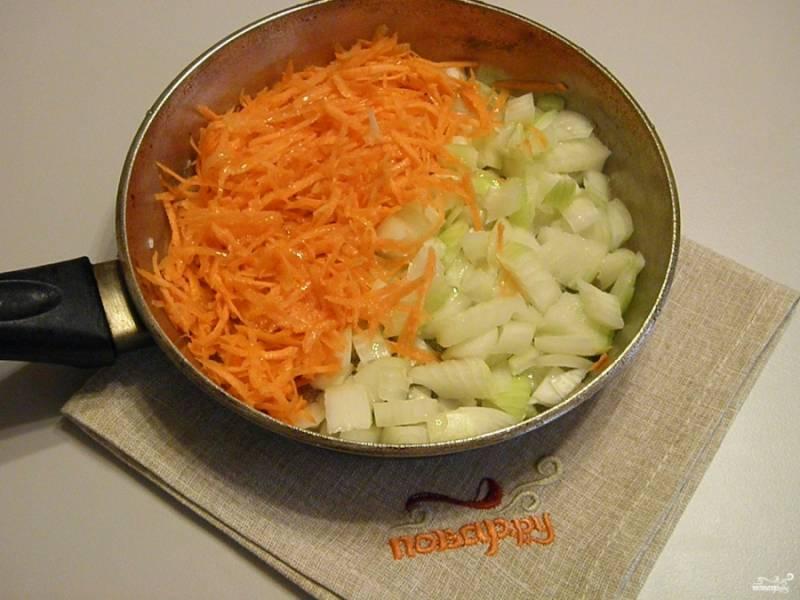 Порежьте лук, натрите на терке морковь. Обжарьте на масле овощи до готовности.