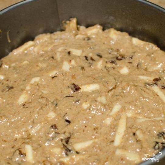 Тесто переложите в смазанную сливочным маслом форму для запекания диаметром 22-23 см. Запекайте пирог 45 минут при 180 градусах (ставить нужно в горячую духовку), после чего дайте ему остынуть при комнатной температуре.
