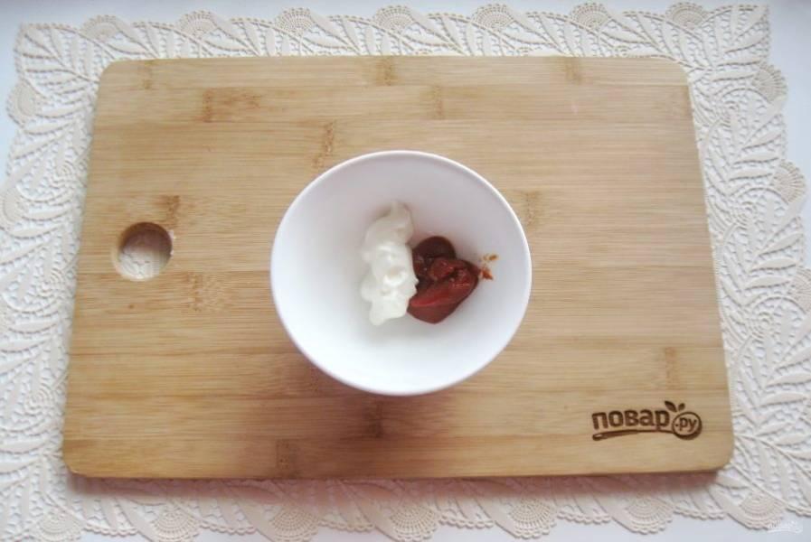 В миску выложите сметану и томатную пасту.