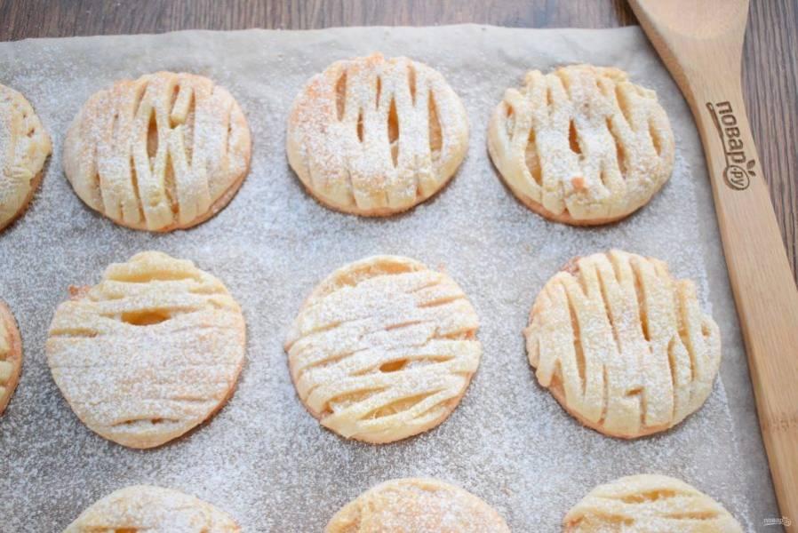 Поставьте печенье выпекаться в разогретую до 180 °С духовку на 20 минут. Остудите и сверху посыпьте сахарной пудрой.