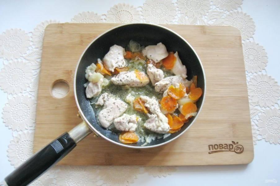 Посолите, поперчите и обжаривайте овощи с филе 5-6 минут.