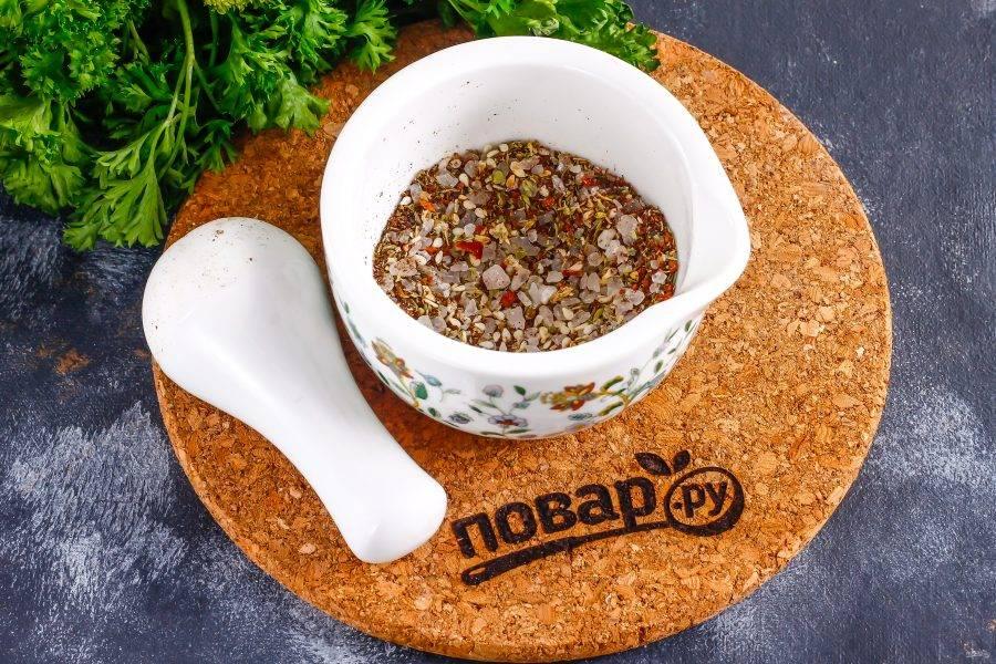 Всыпьте сушеный тимьян (чабрец, чабер). Тщательно измельчите все пряности и соль насколько это возможно.