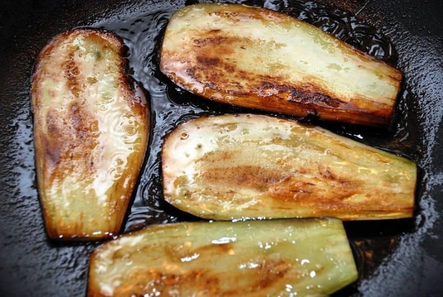 Обжариваем баклажаны на оливковом масле с двух сторон. Как только баклажан покрылся красивой золотистой корочкой, сразу же его переворачиваем. Очень важно не пережарить эти овощи!