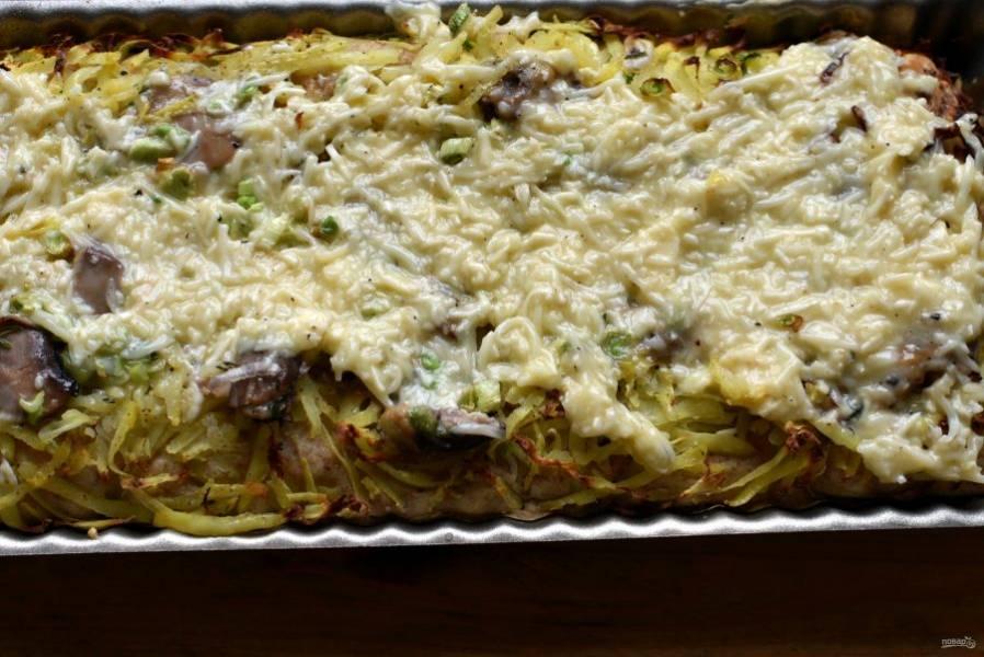Выпекайте в разогретой до 200 градусов духовке до легкого румянца на картошке. Затем выньте пирог и залейте его смесью тертого сыра и сметаны. Разровняйте сырную заливку, допекайте при 180 градусов до готовности – минут 15.