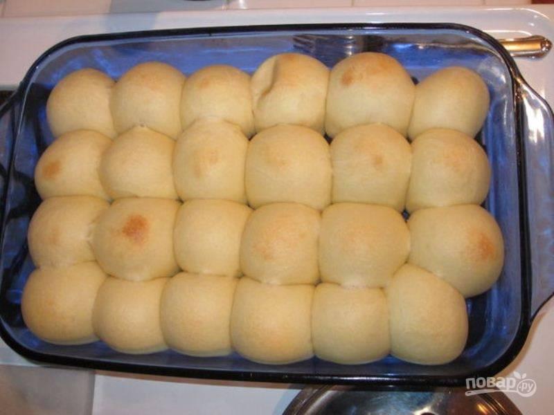 Отправляйте пирожки выпекаться в разогретую до 180 градусов духовку на 15 минут до появления золотистой корочки.