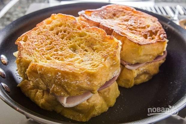 4.Когда хлеб поджарится, положите один кусочек на второй и слегка прижмите, повторите с оставшимися кусочками. Отправьте сковороду с двумя сэндвичами в духовку (180 градусов) и запекайте 20 минут, чтобы расплавился сыр.