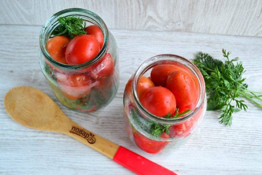 Наполните баночки плотно помидорами, но не слишком, чтобы не раздавить их.