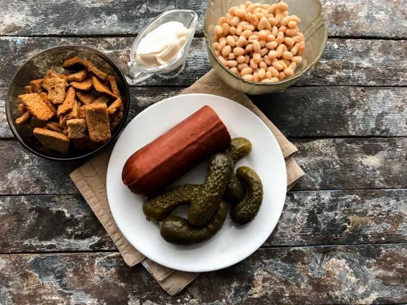 Для приготовления салата подготовьте все необходимые ингредиенты.