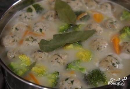 Когда суп закипит, добавляем сыр и размешиваем до растворения. Добавляем соль, перец, лавровый лист и варим минут 5.
