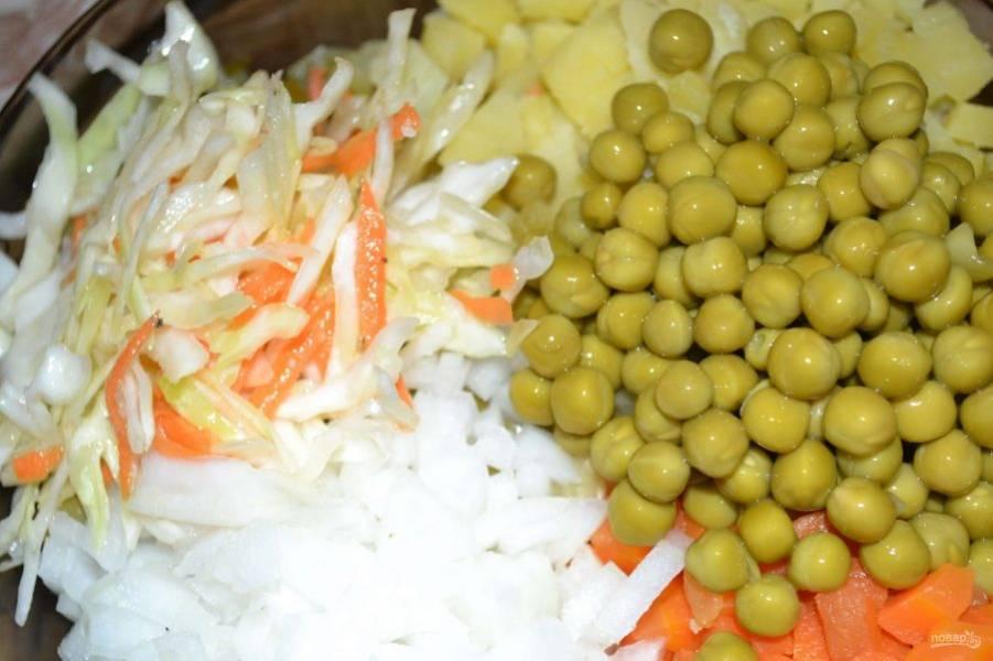 Смешайте все овощи в салатнице, добавив горошек и капусту.