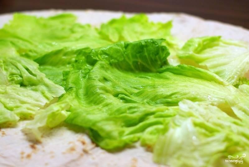 На лаваш выкладываем листья салата.