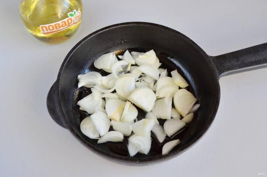 2. Очистите лук, порежьте полукольцами тонко и обжарьте на ложке масла растительного до мягкости, не пережаривайте!