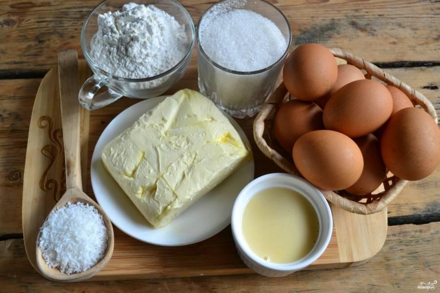 Подготовьте все необходимые ингредиенты. Яйца для бисквита должны быть холодными, поэтому положите их в холодильник заранее. А достаньте оттуда сливочное масло и подержите при комнатной температуре около часа, тогда оно размягчится и будет хорошо взбиваться.