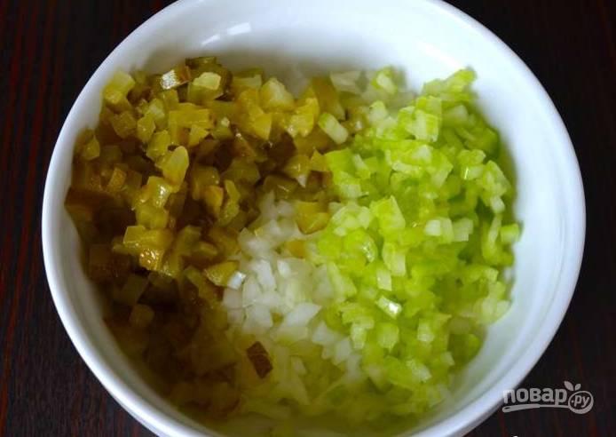 2.Делаю заправку для салата: очень мелко нарезаю консервированные огурцы, стебель сельдерея и луковицу, перекладываю все в отдельную миску и заправляю майонезом, солю и перчу по вкусу, перемешиваю.