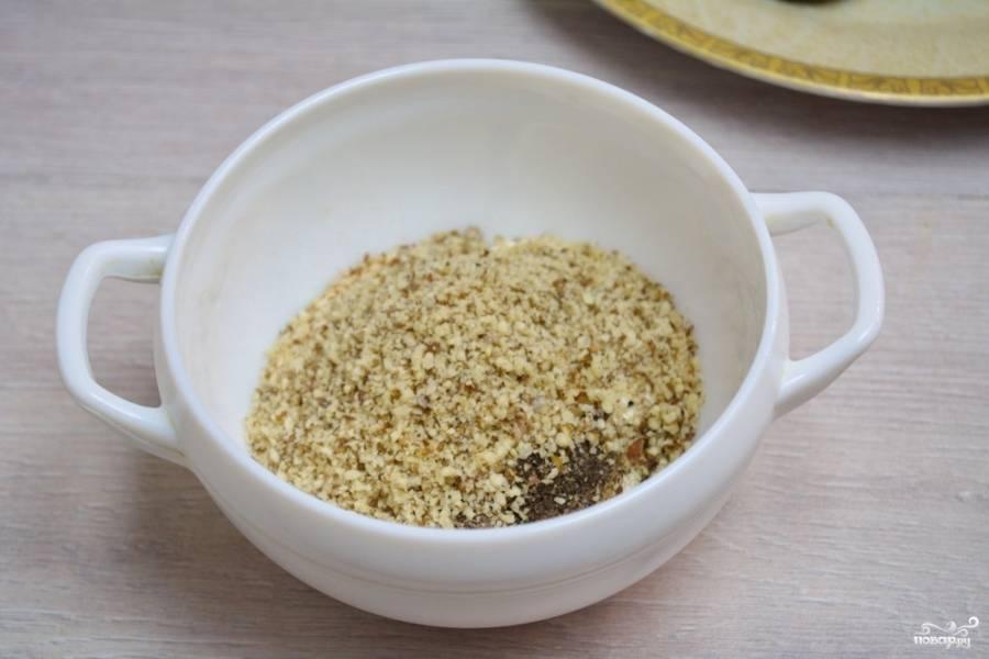 Измельчаем в блендере грецкие орехи. Предварительно орехи лучше обжарить на сухой сковороде. Измельченные орехи добавляем в сметанный соус.