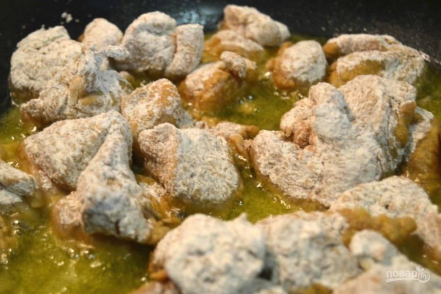 6.В сковороду налейте растительное масло и хорошенько разогрейте его. Выложите мясо.