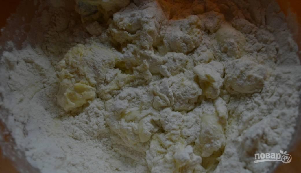 1.Мягкое сливочное масло выложите в миску, размешайте его со сметаной, содой, мукой и сформируйте тесто. Отправьте его в холодильник на полчаса.