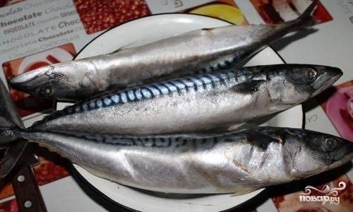 Первоначально очистите рыбу от внутренностей: сделайте на брюшке продольный надрез и аккуратно вычистите содержимое, включая черную пленочку, покрывающую брюшную полость рыбы.