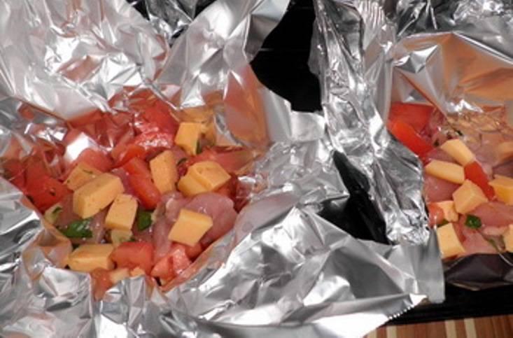 Чашечки из фольги выложите на противень, закройте фольгу и отправьте в духовку на 20 минут. Затем откройте фольгу и верните в духовку еще на 3-5 минут.