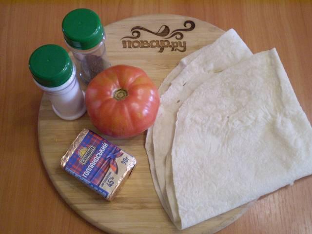 Подготовим продукты. У меня помидор очень крупный, поэтому хватило одной половинки.