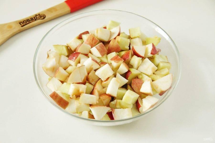 Яблоки нарежьте небольшими кубиками.