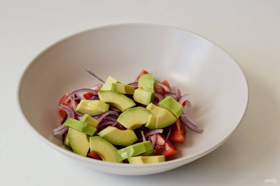 Авокадо очистите от кожуры, удалите косточку, нарежьте ломтиками.