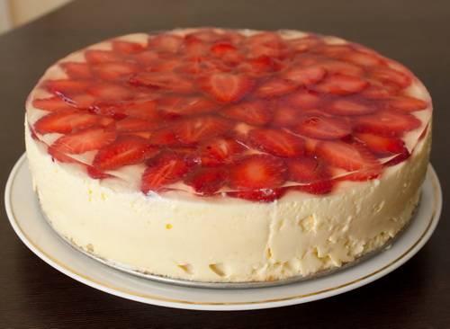 Желе готовим в соответствии с инструкцией. Заливаем клубнику приготовленным желе и ставим торт в холодильник еще на 4 часа. Приятного аппетита!