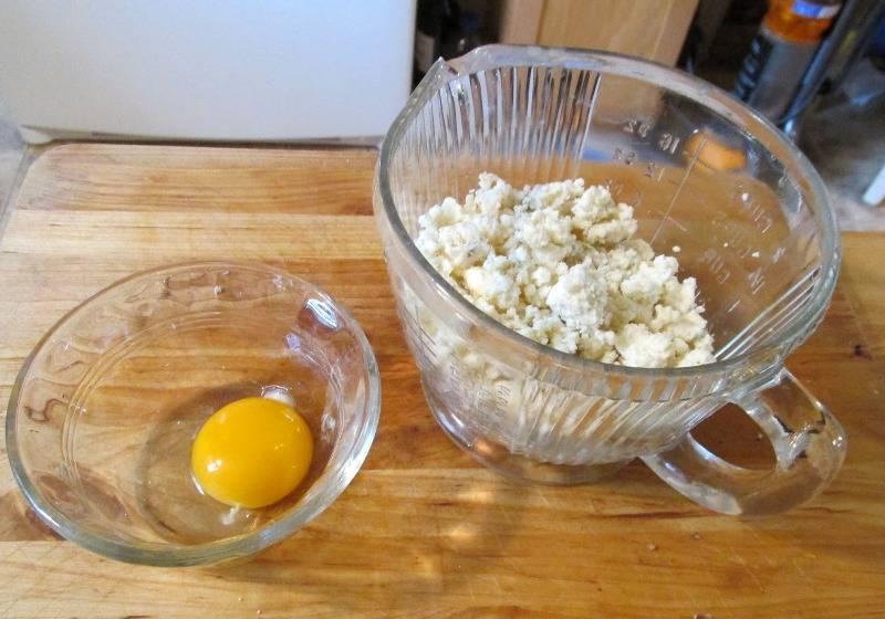 Сыр смешиваем с яичным желтком.