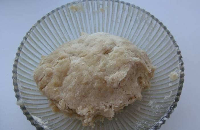 Тщательно замешиваем тесто, напоминающее песочное.