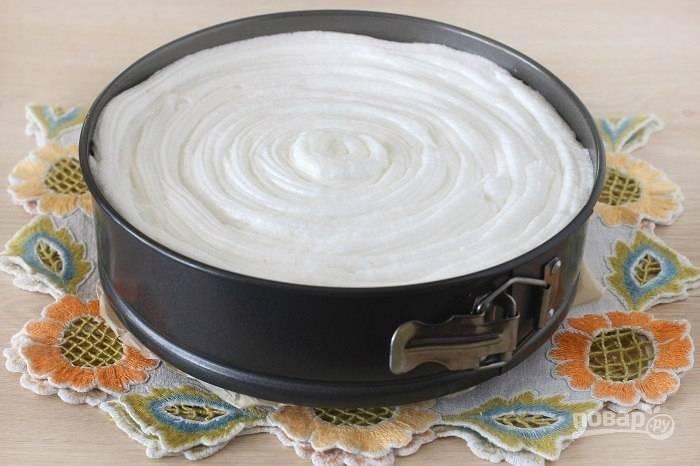 Расспределите белковый крем и продолжайте выпекать еще 10 минут до карамелизации поверхности пудинга.