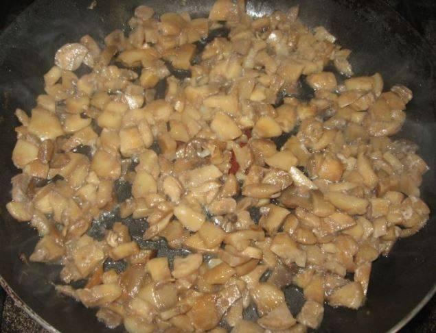 Слегка обжарьте грибы, положите их в чашу мультиварки и залейте водой. Поставьте на программу «Тушение» на полтора часа.