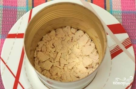 Формируем салат. Если вы делаете для каждого гостя порцию салата, воспользуйтесь вот таким вот кольцом. Ставим его на тарелку и выкладываем первый слой салата - куриное филе. Смазываем его майонезом.